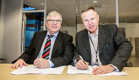 Foto: �ystein Moan i Visma har nettopp signert avtalen med Eivind Simonsen i Finale Systemer.