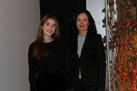 Foto: Barne- og likestillingsminister Solveig Horne og elevrådsleder Mille Marie Isaksen ved Edvard Munch videregående skole