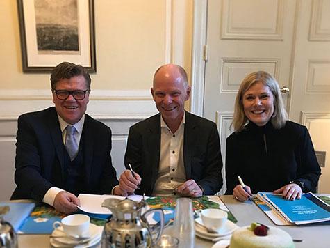Foto: Fra venstre Tor Berntsen, administrerende direktør Kredinor, Per Waldaeus, økonomisjef Handelsbanken Finans og Maria Lidström Andersson, administrerende direktør Handelsbanken Finans.