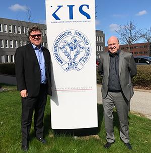 Foto: (f.v.) Adm. direktør Tor Berntsen, Kredinor og direktør Jørgen René Byrholt Købmandstandens Inkasso Service