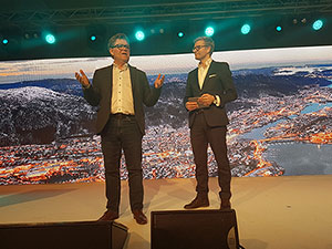 Foto: Kredinors adm. direktør, Tor Berntsen og konferansierer Svein Tore Bergestuen.