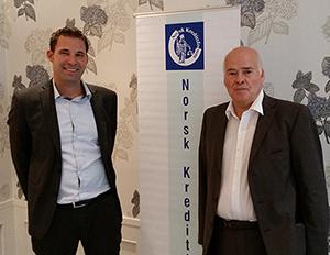 Foto: (f.v.) NKFs styreleder, Anders Lensby og Nils Petter Kapstad, avdelingsleder utenlandsinkasso, Svea Finans.